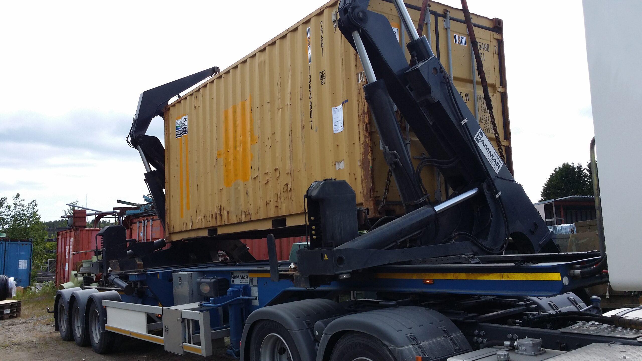 2014-06 BPSC container leverans | Container med utrustning till en blekeriskrubber lastas på lastbil för vidare transport till Brasilien.